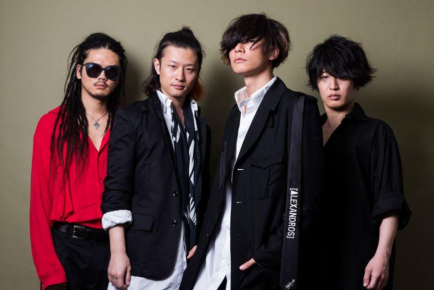 """《ロックバンド[Alexandros]に聞く、YOHJI YAMAMOTOの魅力とコラボレートしたカプセルコレクションのこだわり》  日本、そして世界のモードに革新をもたらした山本耀司さんが率いるファッションブランド""""YOHJI YAMAMOTO(ヨウジ ヤマモト)""""と、独自の音楽性とスタイルで若者を中心に高い支持を集めているロックバンド[Alexandros]のコラボレーション。そのカプセルコレクションを揃えるポップアップショップが、9月20日(水)から6日間限定で伊勢丹新宿店本館1階=ザ・ステージにオープンしている。  今回は[Alexandros]に、ヨウジ ヤマモトが持つ魅力とコラボレートしたカプセルコレクションのこだわりを聞いた。  http://soen.tokyo/fashion/feature/alexandros170922.html"""