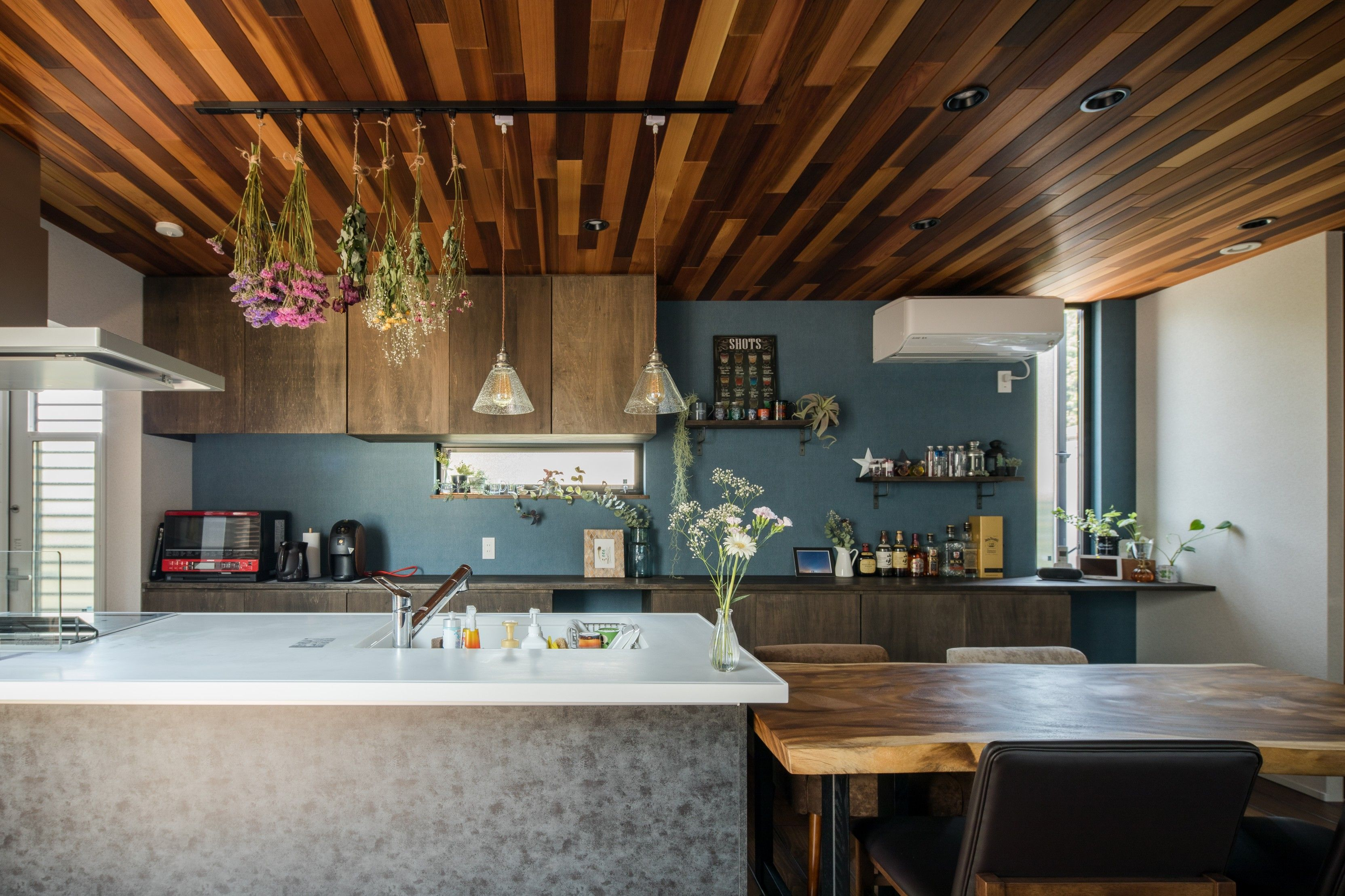 レッドシダーの天井が美しいダイニングキッチン ルポハウス 設計事務