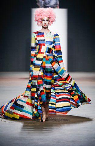 | BAS KOSTERS STUDIO - PSOC AW15 | 'Permanent State of Confusion' is een couture collectie die bestaat uit verschillende personages, prestaties kostuums en intensief verfraaide pronkstukken. De collectie richt zich op het hergebruik van materiaal en materiaal onderzoek. Door het combineren van materialen uit oude collecties en stoffen van Bas 'eigen kledingcollecties. | bas staat er om bekent dat hij met kleuren werkt, heel tof, maar voor mij is dit een kleuren explosie