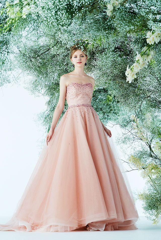c62f4af5a2a43 肌の色を明るく見せてくれるピーチピンクのカラードレスは、チュールスカートで軽やかさを演出。マルチカラーのビーズ刺繍がドレスとベルトに施された華やかな 一着。