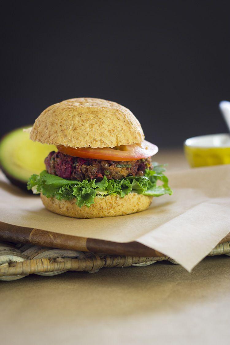 Coma Orgánico: receta de hamburguesas vegetarianas de lentejas y remolacha, con una deliciosa salsa de mostaza dijon.