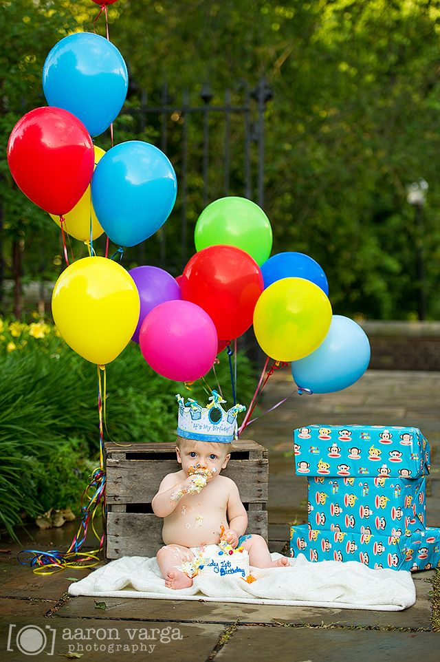 1 year birthday photo shoot with balloons and cake