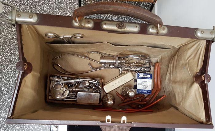 ad96c98eecf Dokterstas met medische instrumenten Originele lederen dokterstas met  medische verloskundige instrumenten. Het is eigenlijk te