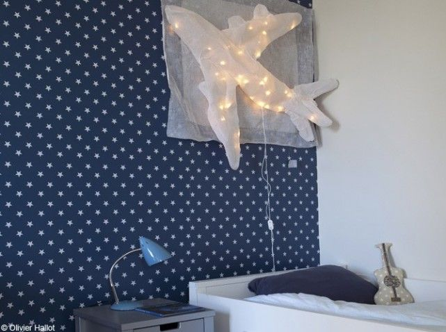 dans cette chambre de gar on tout un pan de mur est. Black Bedroom Furniture Sets. Home Design Ideas