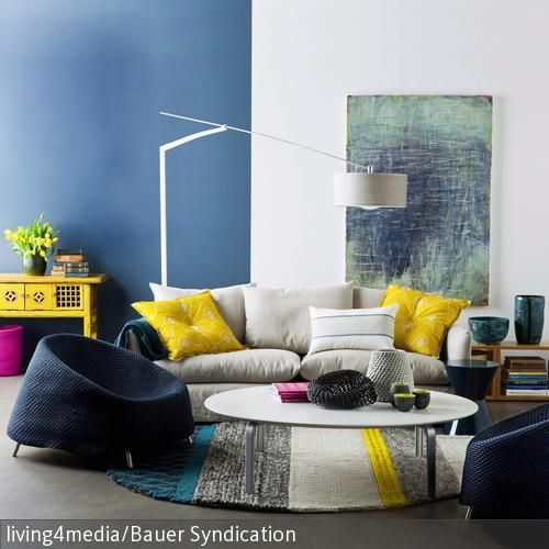 Perfekt Die Sessel In Blau Und Das Sofa In Hellem Grau Mit Kissen In Gelb Geben  Nicht Nur Die Gemütliche Atmosphäre, Sondern Auch Den Farbcode Für Das  Wohnzimmer U2026