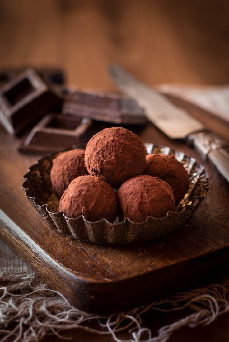 Hausgemachte, sehr leckere Eierlikörpralinen mit Zartbitterschokolade. Herb, nicht zu süß und einfach gemacht. Ideal zum Verschenken