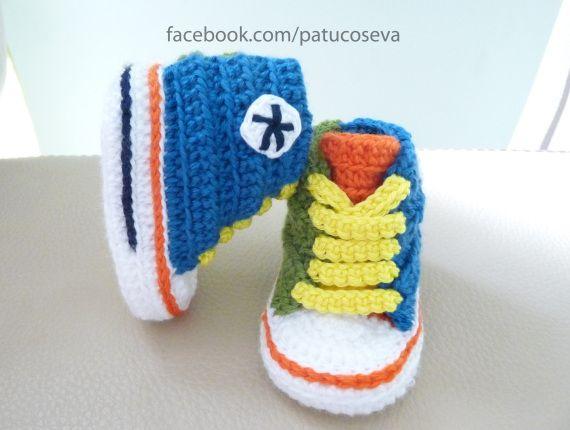 Miniconverse multicolor de crochet hechos a mano con LANA de