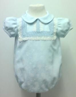 74fe1b12b Pelele para bebe niño en tejido cachemir celeste con relieves blancos  adornado con piquillo celeste y encaje de guipur blanco roto