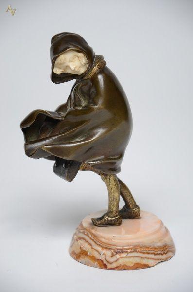 CHIPARUS (1866 - 1947) - Escultura de bronze com marfim representando Criança. Acompanha certificado espanhol, constatando que o marfim é anterior a 1947. Altura 19 cm. Base R$15.000,00. Mar15. Não vendido.