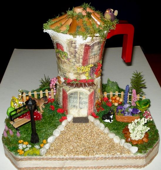 Caffettiera trasformata in mini-casetta con giardino.  Tegole decorate+Caffe...