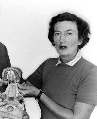 El 9 de diciembre de 1996 fallece Mary Leakey, antropóloga británica que descubrió el primer cráneo de un simio fósil http://www.mujeresenlahistoria.com/2014/02/pasion-por-el-pasado-mary-leakey-1913.html