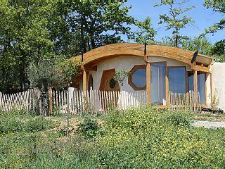 Petit village de vacances style Hobbit