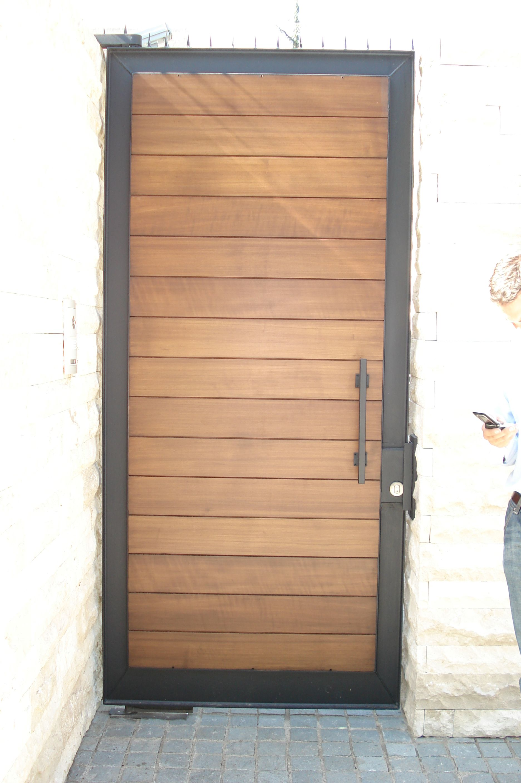 Puerta Especial Fierro Forjado Y Madera Puertas De Aluminio Puertas De Aluminio Exterior Puertas Exteriores Madera