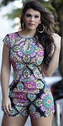 be1bd18cc Apesar do corpo da modelo contribuir muito no visual, este macaquinho é  lindíssimo e veste com perfeição uma mulher.