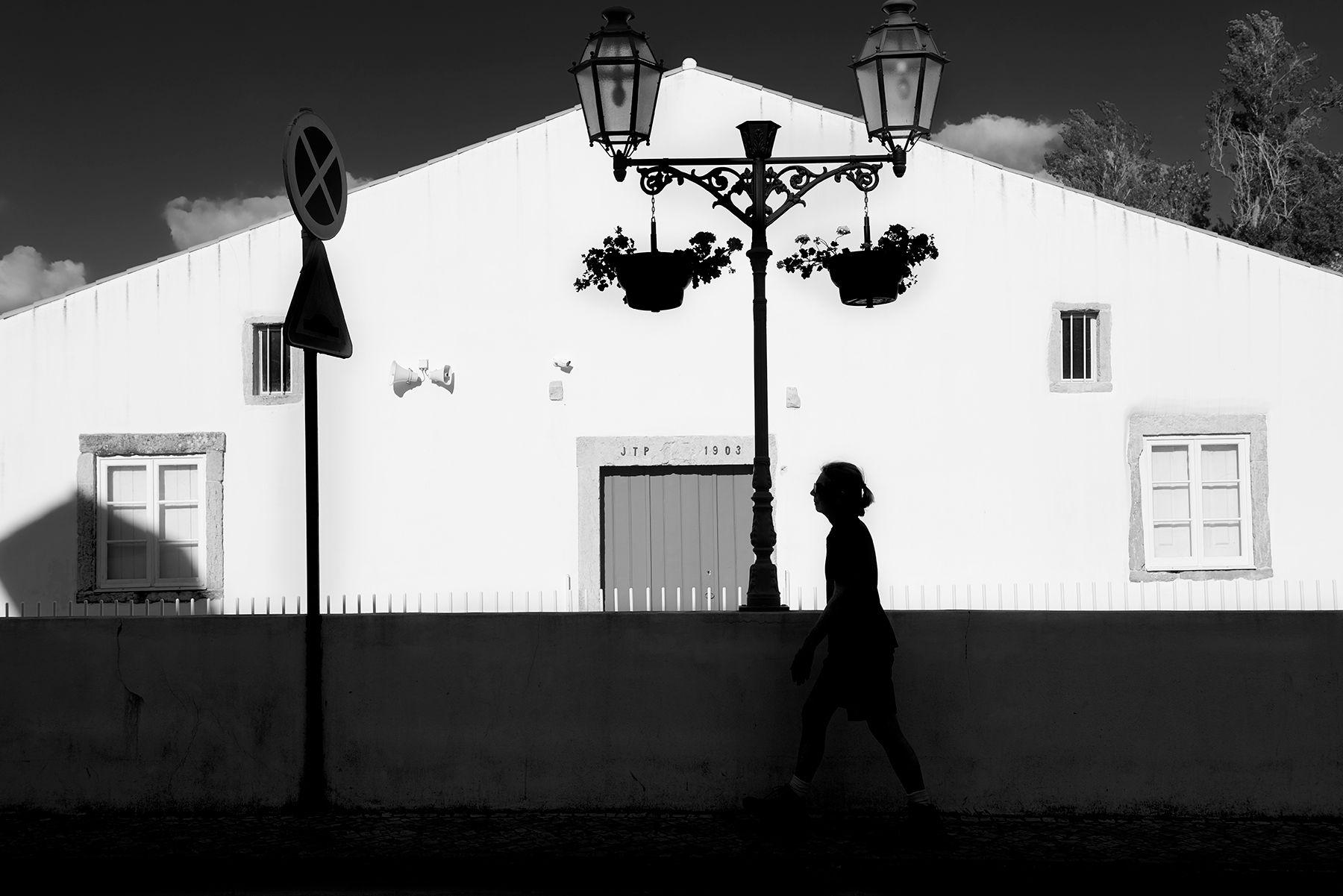 Pared blanca sobre cielo gris con sombras