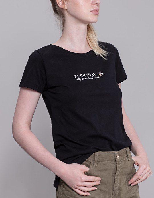 En Stradivarius encontrarás 1 Camiseta textos y piedras para mujer por sólo 5.99 España . Entra ahora y descúbrelo junto con más VER TODO.