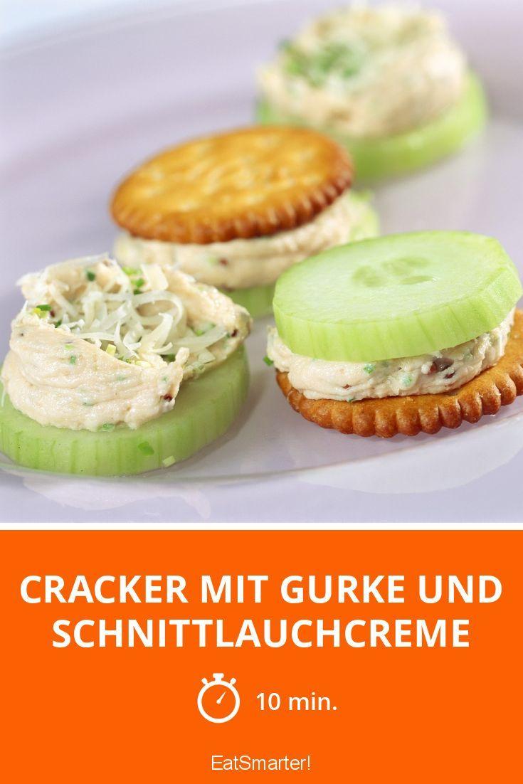 Cracker mit Gurke und Schnittlauchcreme