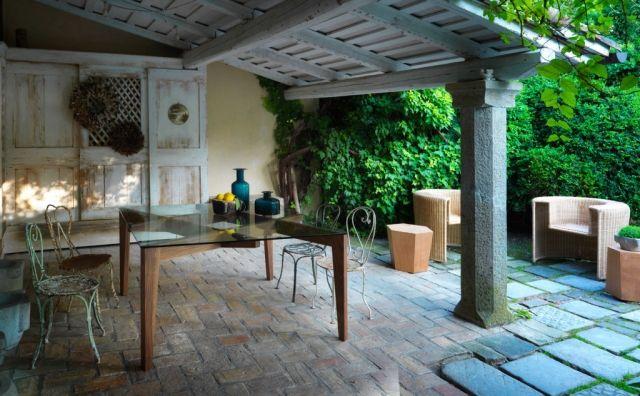 Ein eleganter Designer-Esstisch mit Glasplatte und Holzbasis von ...