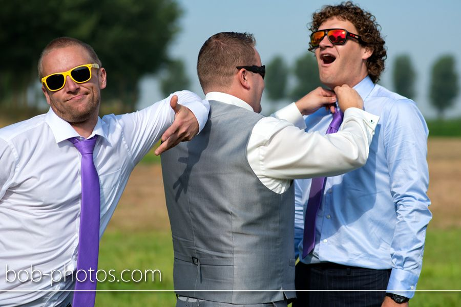 Bruidegom met getuigen. Bob-photos.com