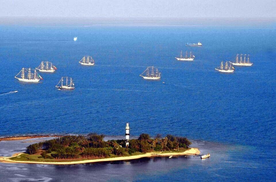 barcos rodeando a la isla