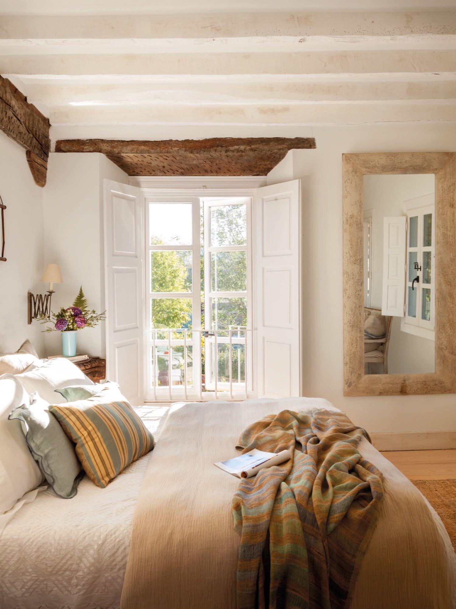 escritorio de madera oscura en una casa rustica | Bedrooms, House ...