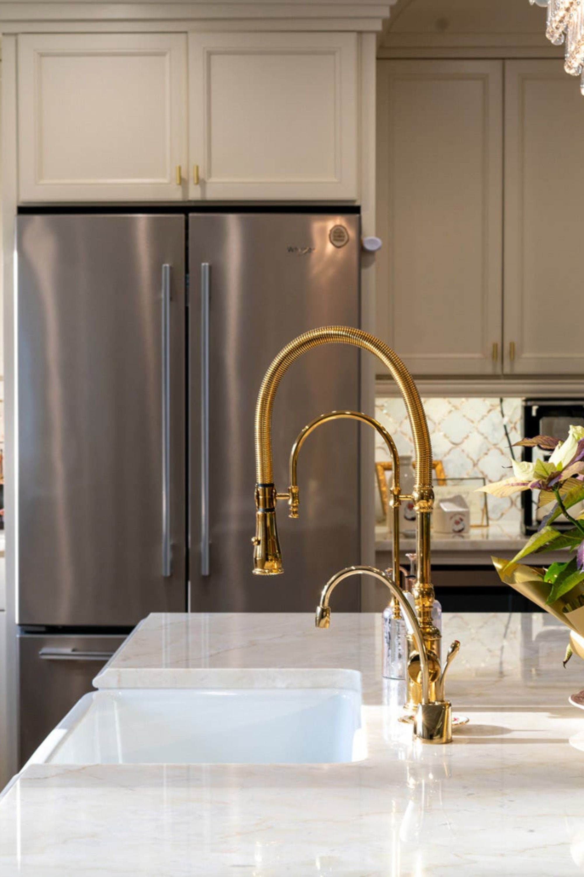 Antique White And Gold In Vintage Kitchen In 2020 White Cabinets Antique White Cabinets Kitchen Styling
