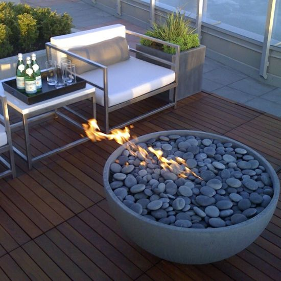 terrasse gestalten modern offene feuerstelle f r k hle abende beim biertrinken balkonm bel. Black Bedroom Furniture Sets. Home Design Ideas