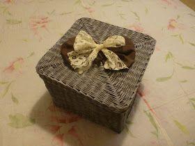 Salve a tutte.     Oggi vi propongo il Tutorial di questa scatola con coperchio   interamente realizzata con le cannucce di carta.   La...