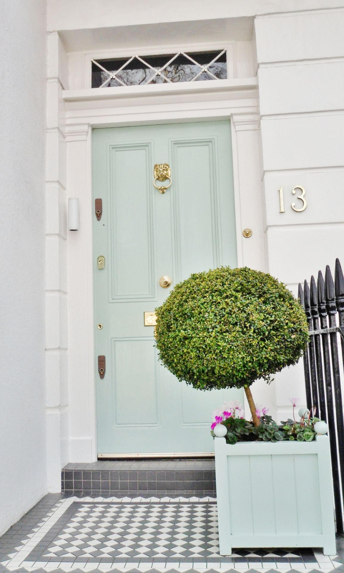 House approach in Chelsea, London. Mint-colored door, checkered ...