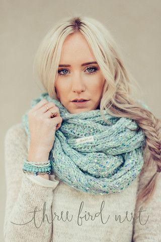 Esta es una bufanda muy bonito y único. Me pondría esto en el invierno, cuando hace frío fuera. Parece que es tejido a mano.