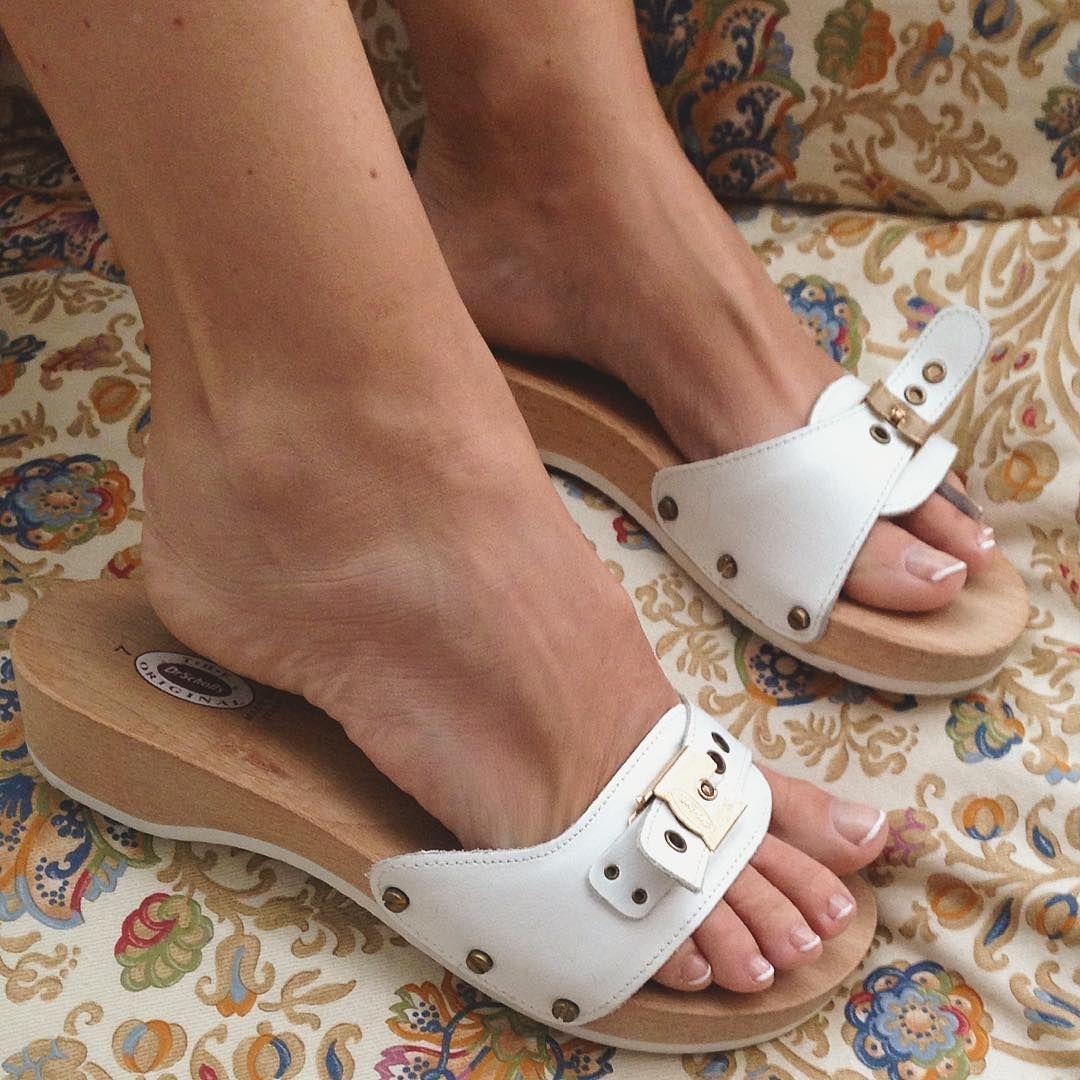 947bd812703  drscholls  pescura  white  feet  clogs  scholls  clog  woodensandals   clogshoes  whiteclogs  whitescholls  drschollsshoes  instafeet  candidfeet  ...