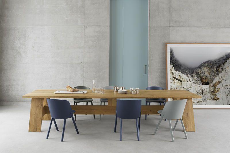 Un tavolo in legno massello una panchina e uno sgabello lestetica