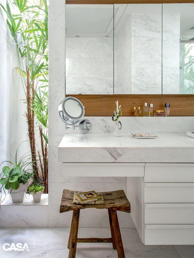 Este Banheiro Com Acabamento Em Marmore Tem Vista Para O Jardim