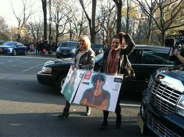 """La mamá de Liam y la mamá de Louis saliendo de 1D World """"vamos a comprar carteles de los babys"""" amoress"""