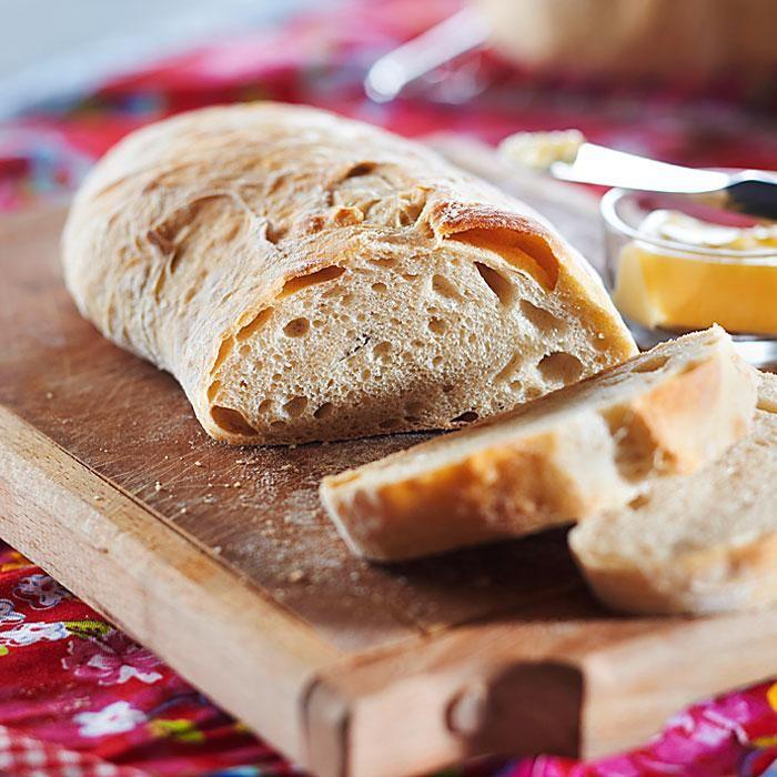 Opettele leipomaan vehnäjuurileipää tai perinneleipiä, löydä parhaimmat sämpyläreseptit ja muuntele hiivaleipätaikina kolmeksi erityyppiseksi leiväksi.