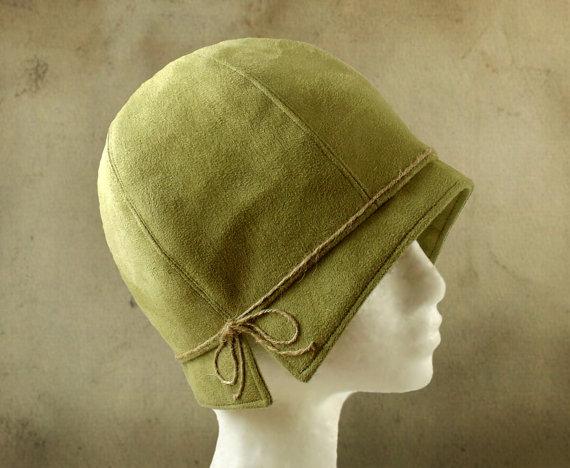 Lois mit Bindfäden - 1920 der grünen Faux Wildleder Cloche Stoff Hut ...