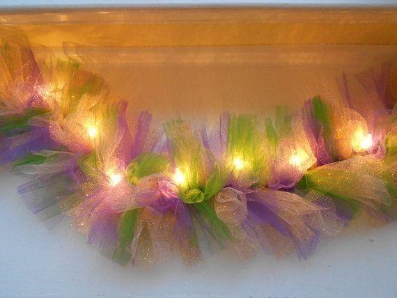 Tulle e luzes. Crie esta peça impressionante amarrando tule em torno de uma corda de luzes de Natal.