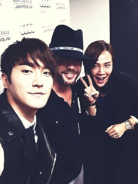(23 de agosto) Twitter / siwon407: Trad. esp.: @Siwon Choi: Con mi inspiración Jamiroquai y Mr.stylish @asiaprince_jks :) ¡fue un gran momento! -¿por qué no?~~^^