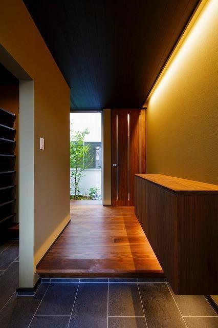 和モダンな玄関(VERTICAL HOUSE (縦格子の家)) - 玄関事例|SUVACO(スバコ)