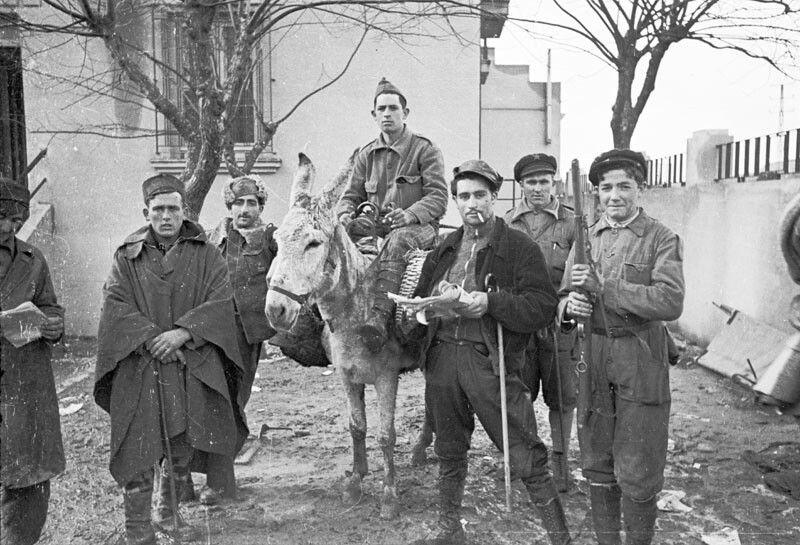 Soldados (por la indumentaria, o milicianos como dice el pie de foto) republicanos en el patio de una casa. Frente de Madrid. Noviembre de 1936. Archivo histórico del PCE.