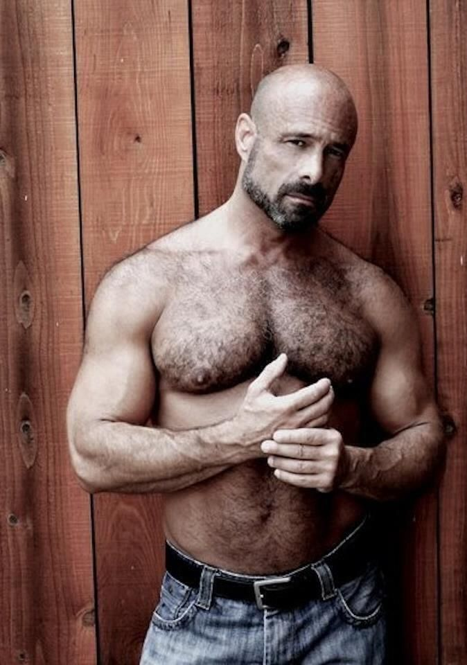 Sexy arms and hairy muscle. Yum.