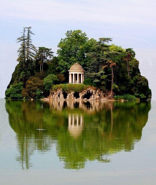 Island ,Daumesnil Lake, Paris, France