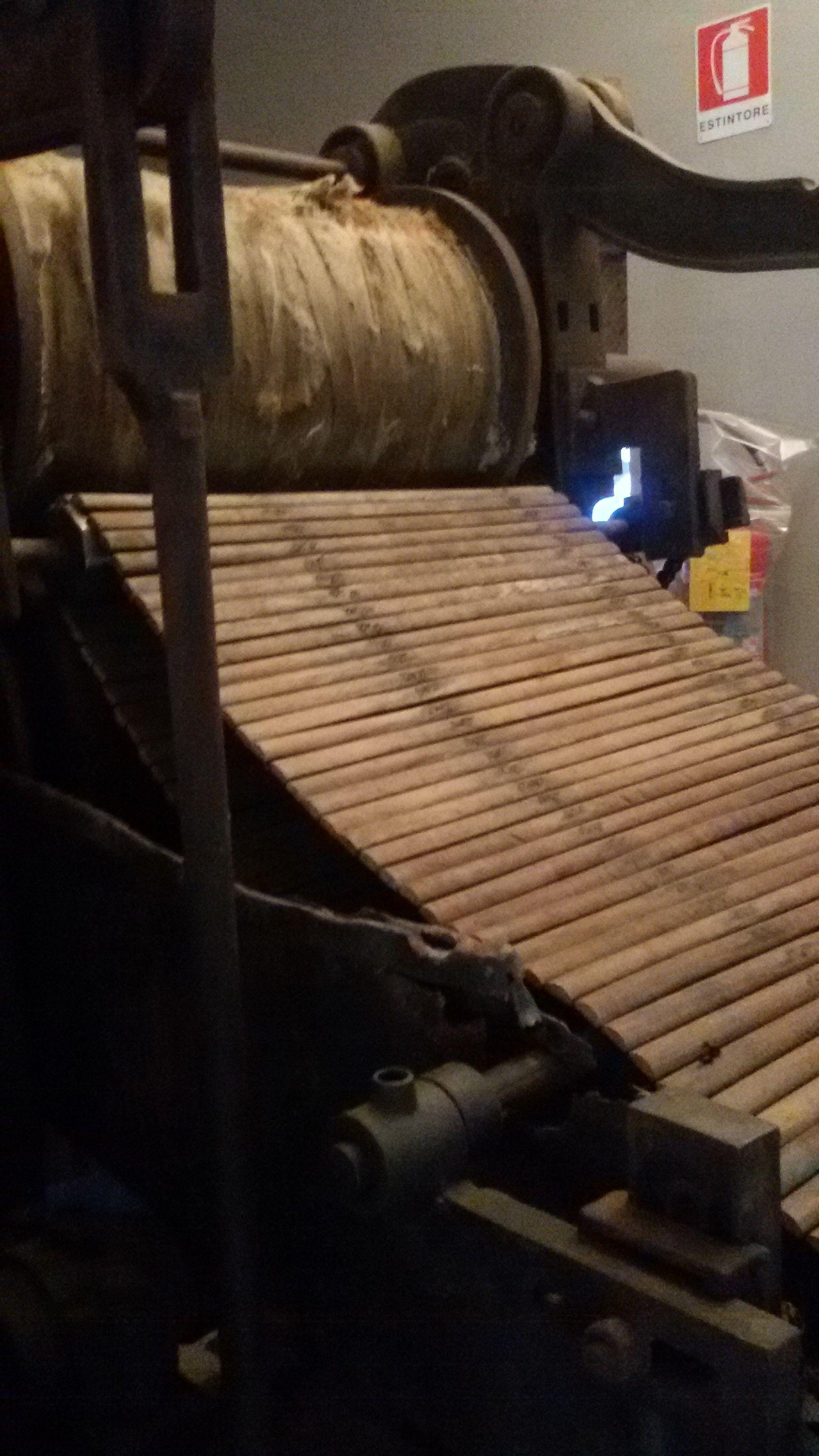 CILINDRI SPREMITORI DI UN LAVAGGIO LEVIATHAN (Museo MUMAT di Vernio) Il Lavaggio Leviathan e' costituito da una serie di vasche nelle quali la lana viene immersa e fatta avanzare da gruppi di forche:Tra una vasca e la successiva la lana passa attraverso una coppia di cilindri spremitori, rivestiti da una corda per potenziare l'azione del lavaggio,permettendo di espellere più efficacemente l'acqua con le impurita', cioè il grasso presente sul vello della pecora,nonchè terra e fango.