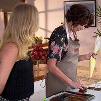 Vanessa Gerbelli ensina sobremesa e aprende receita de Bombom de Chocolate com Avelã http://gshow.globo.com/tv/noticia/2016/06/vanessa-gerbelli-ensina-sobremesa-e-aprende-receita-de-bombom-de-chocolate-com-avela.html