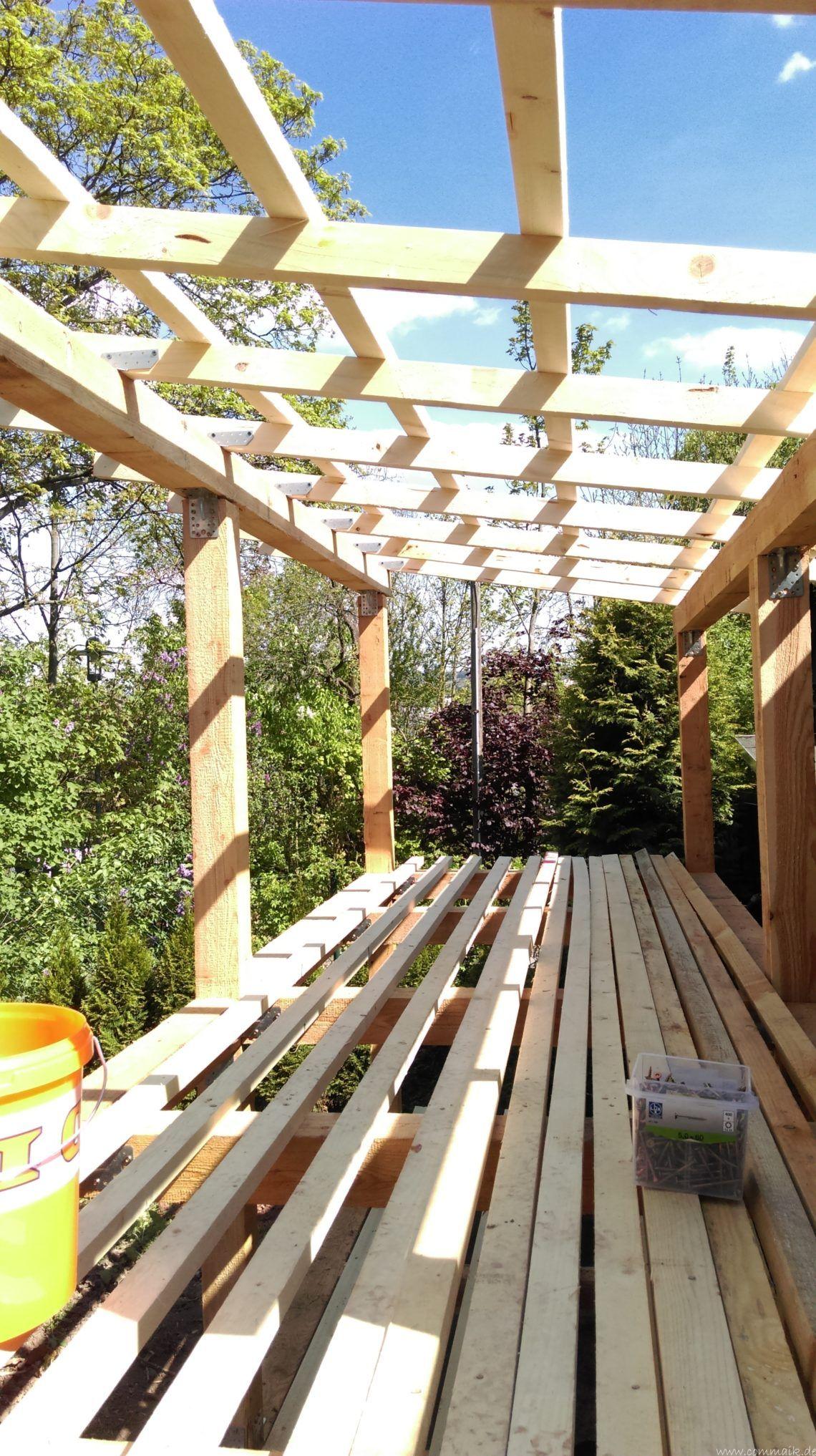 Das vierte Brennholzlagerregal mit Solarkollektoren für