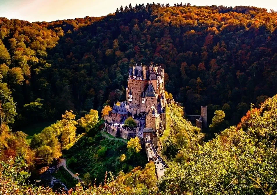 Medieval Castles A Brief Summary Of The Evolution Of European Castle Design Realistic Medieval Fantasy For Hema European Castles Medieval Castle Castle