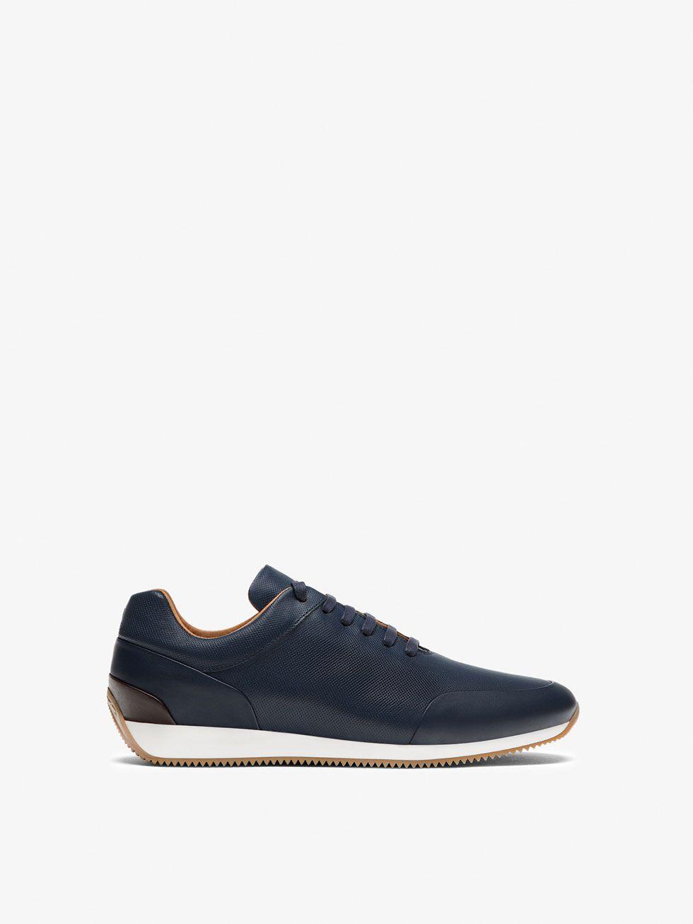 Los zapatos de hombre más exclusivos en Massimo Dutti. Encuentre botas,  botines, mocasines, tenis o zapatos de piel en las rebajas de invierno.
