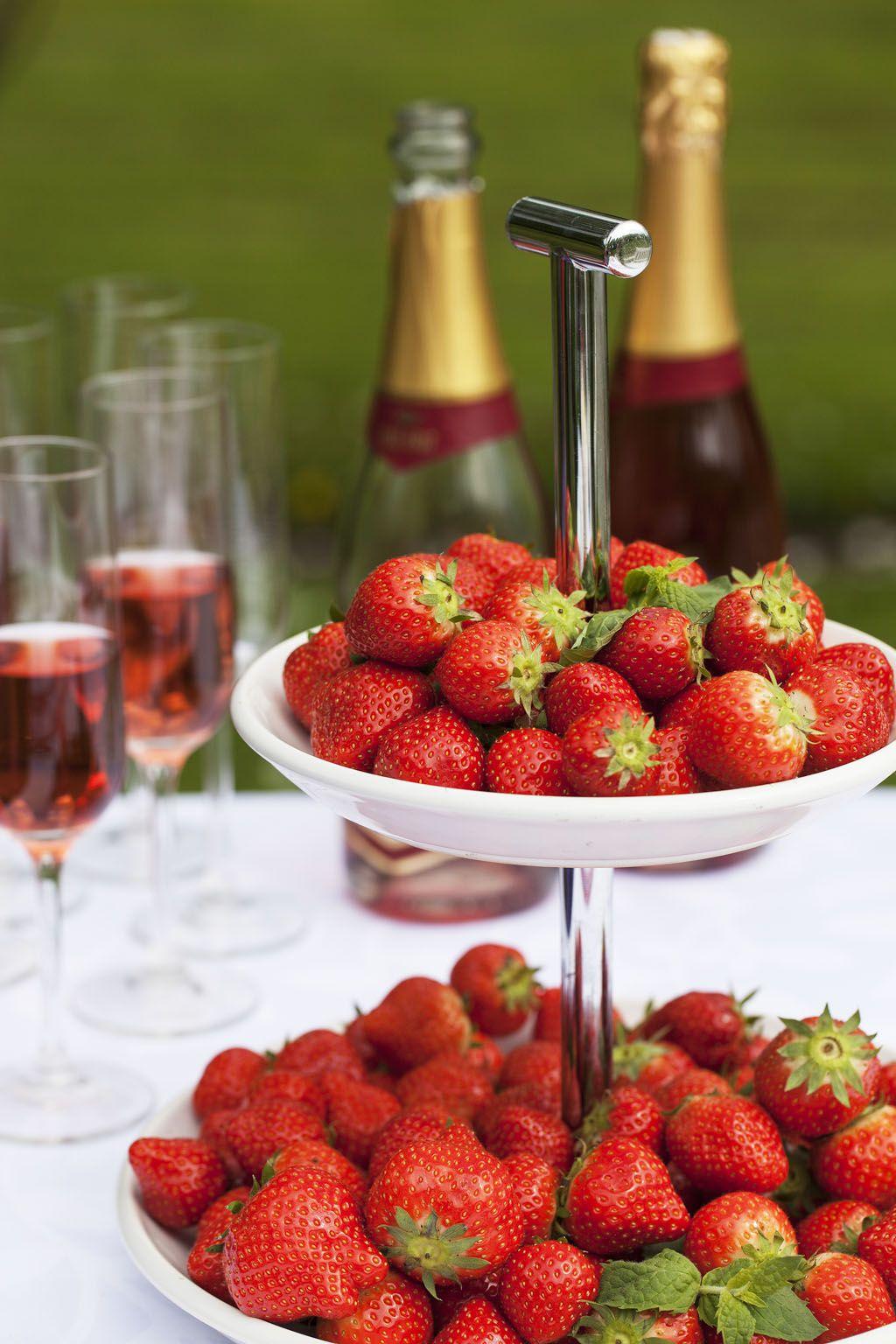 Røde jordbær og musserende vin hører hjemme på 17. mai.
