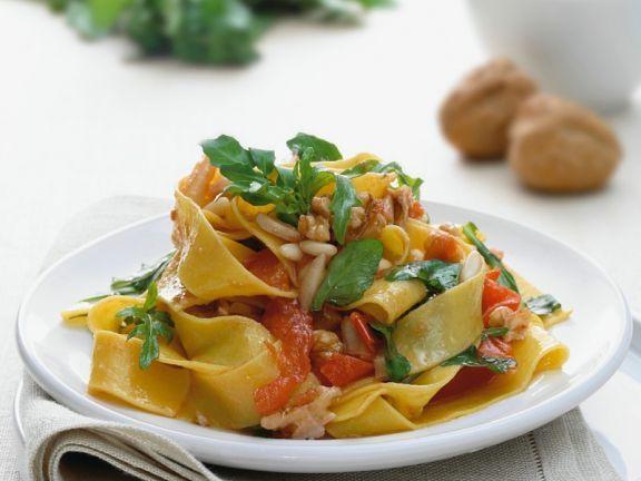 Nudeln mit Tomaten ist ein Rezept mit frischen Zutaten aus der Kategorie Fruchtgemüse. Probieren Sie dieses und weitere Rezepte von EAT SMARTER!