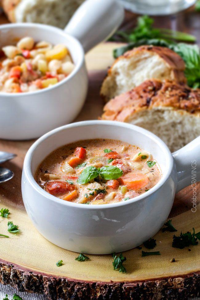 Crémeuses au basilic soupe de parmesan italien a meilleur goût que de la soupe de restaurant!  Super facile et assaisonné à la perfection éclatement avec une tendre poulet, les tomates, les carottes, le céleri et les macaronis enveloppés par Parmesan crémeux.